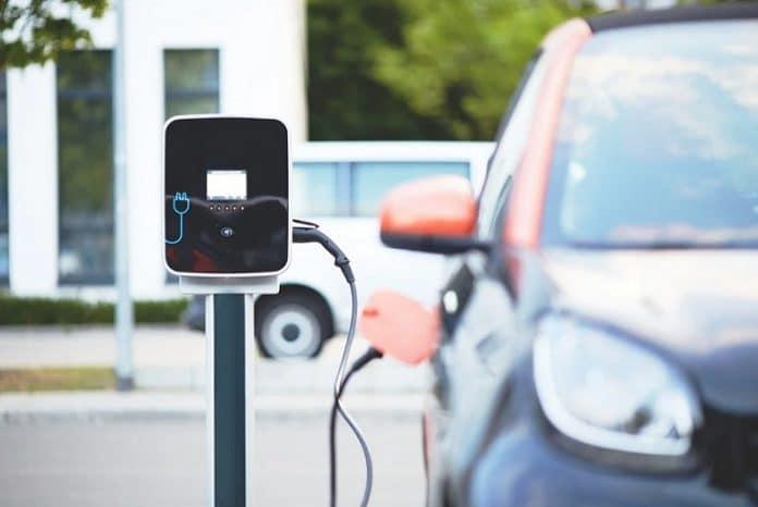 Pourquoi choisir une voiture électrique ou hybride en 2021?