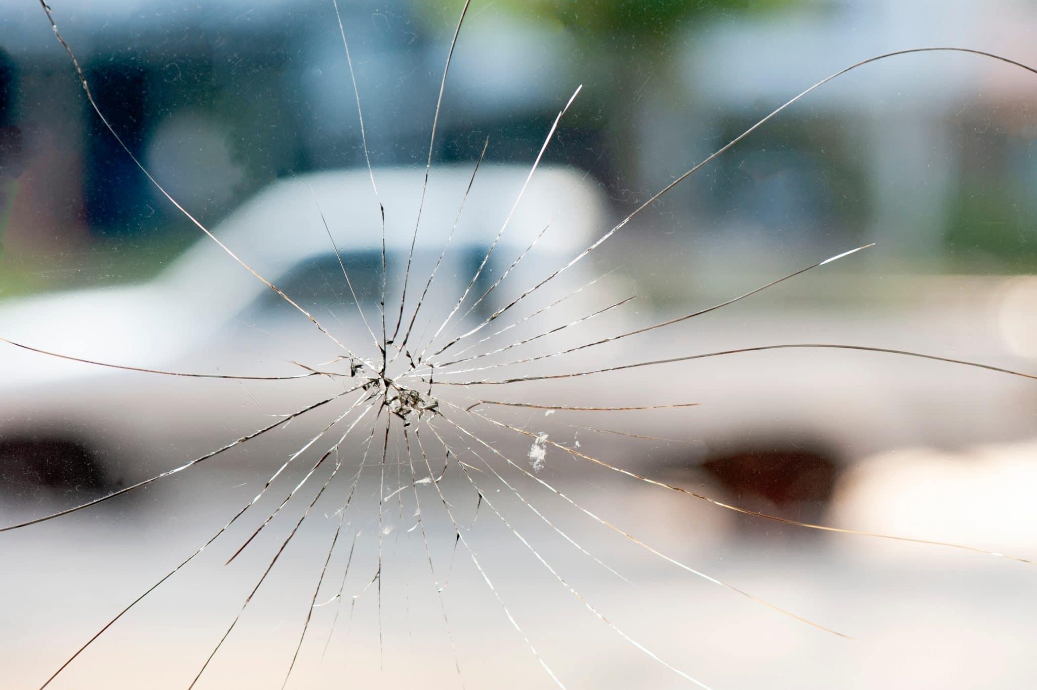 Qu'est-ce qui peut causer une fissure dans le pare-brise ?